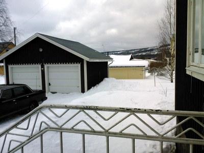 Snön har rasat från garagetaket