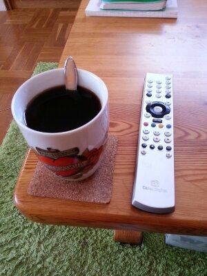 Kaffe framför TV:n